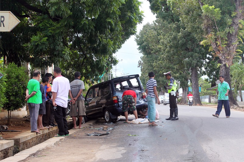 Dua (2) Mobil Rusak Parah Akibat Bertabrakan di Depan Kantor DPRD Metro #1