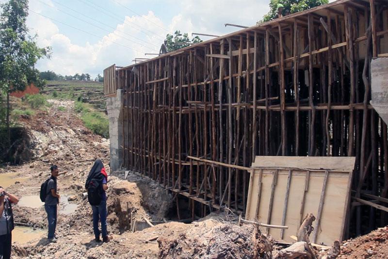 Wali Kota Metro Tinjau Proyek Pembangunan Jembatan Sungai Way Sekampung di Metro Selatan #3