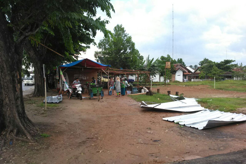 Diterjang Hujan Angin Beberapa Pohon Timpa Warung Warga Hadimulyo Barat 01