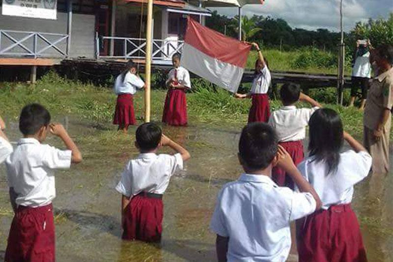 Heboh! Siswa SDN 018 Labion Laksanakan Upacara Bendera di Tengah Banjir