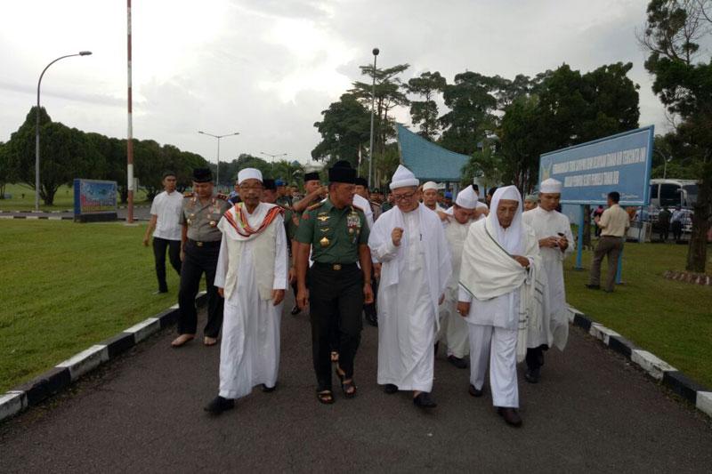 Panglima TNI : Tak Ada Yang Bisa Mengacau Bangsa Ini Karena Kita Selalu Berdoa Pada Tuhan Yang Maha Esa 04