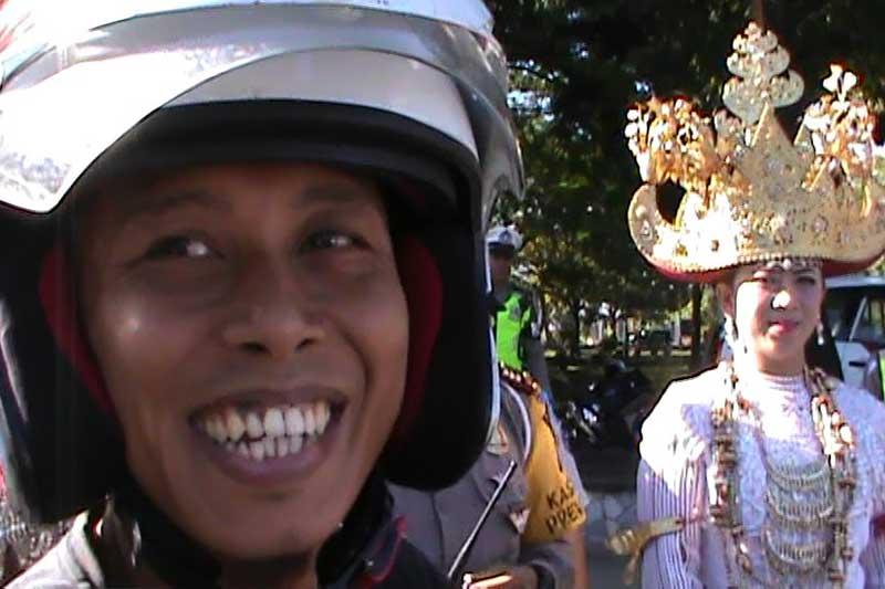 Raja Salman dan Pengantin Lampung Dampingi Kapolres Metro Bagikan Helm 2