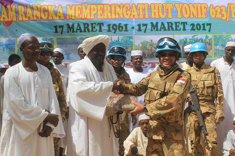 Yonif 623/BWU Rayakan HUT Ke-56, Beri Bantuan ke Pesantren di Darfur