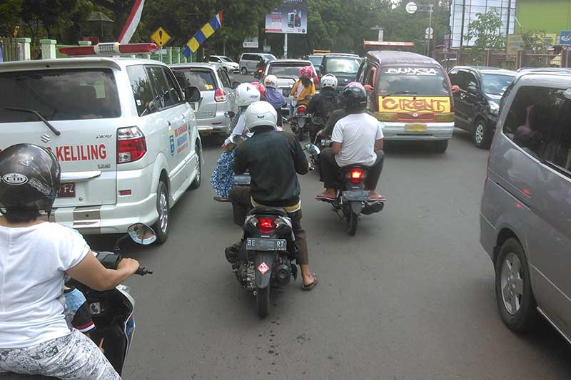Pengendara Keluhkan Parkir Mobil yang Sebabkan Kemacetan di Jalan A Yani
