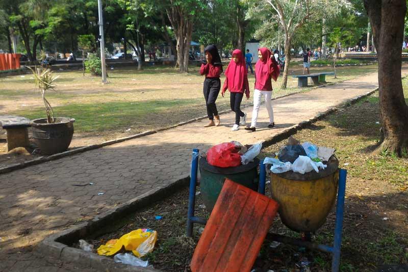 Kenangan Indah di Taman Merdeka Terbuyarkan Dengan Aroma Tak Sedap dan Tumpukan Sampah 02