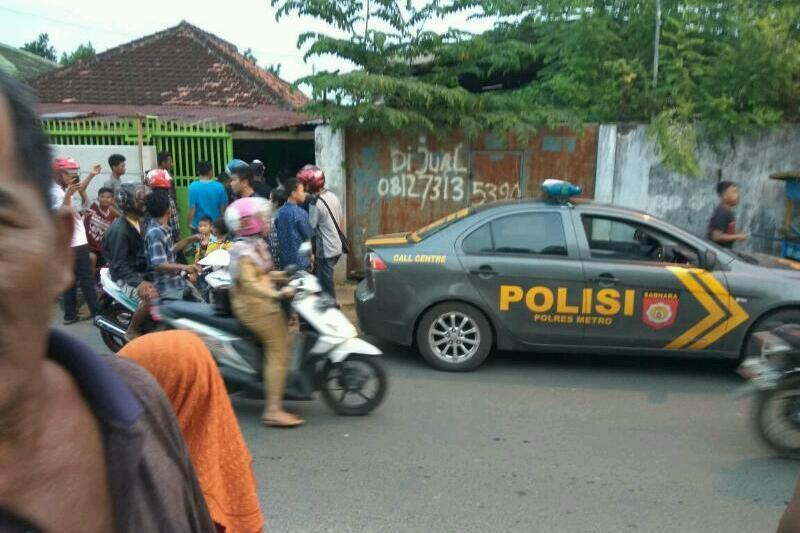 Saat Polisi melakukan penangkapan di salah satu rumah warga di jl.Kunang 15 Kauman Metro Pusat. Foto : Sebatin.com.