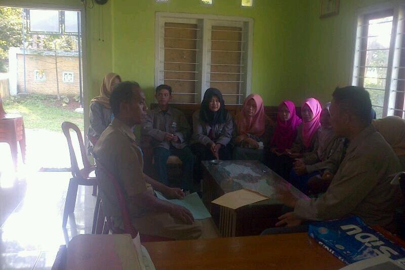 Kakon Ngadiran saat menerima para mahasiswa KKN IAIN Raden Intan di balai Pekon Pandansari Selatan Kec. Sukoharjo Kab. Pringsewu. Foto : Sebatin.com