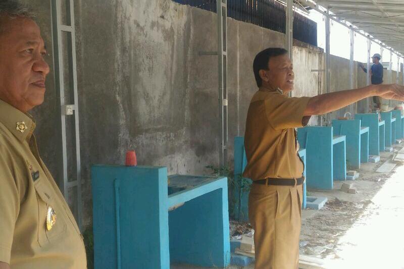 Walikota A.Pairin didampingi Wakil Walikota Djohan saat tinjau ke lokasi Sentral Makanan Siap Saji. Foto : Kominfo