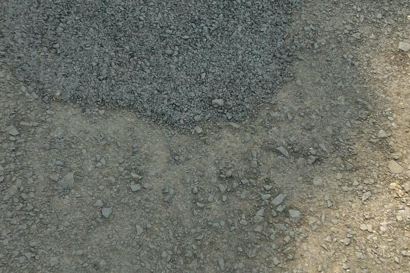 Proyek jalan baru dibangun sudah di tambal sulam. Foto : Sebatin.com