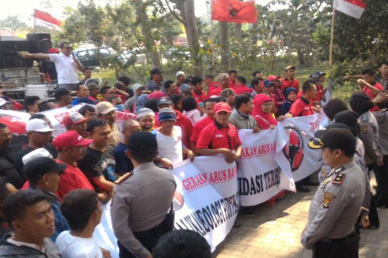 Gerakan-Arus-Bawah-PDIP-Gelar-Aksi-Di-Sekretariat-DPD-Lampung01