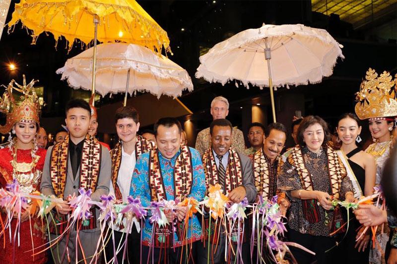 Hari-Kopi-Internasional,-Gubernur-Ridho-Racik-Kopi-untuk-Tamu02
