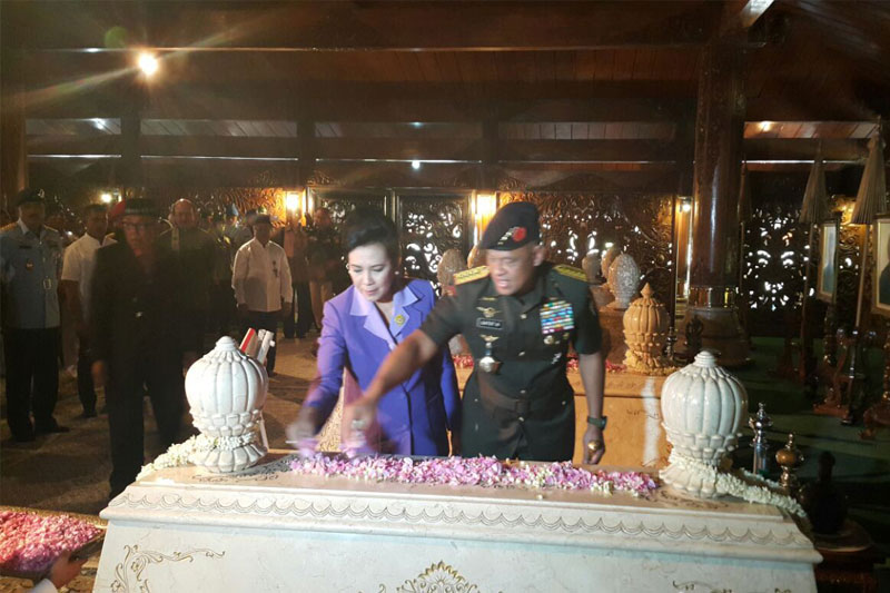 Panglima-TNI-Ziarah-Ke-Makam-Soeharto-di-Astana-Giri-Bangun02