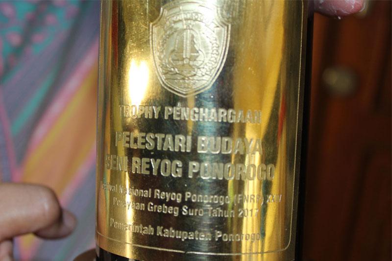 Reog-Mudho-Manggolo-Sakti-Metro,-Raih-Trophy-Penghargaan-Dari-Ponorogo02