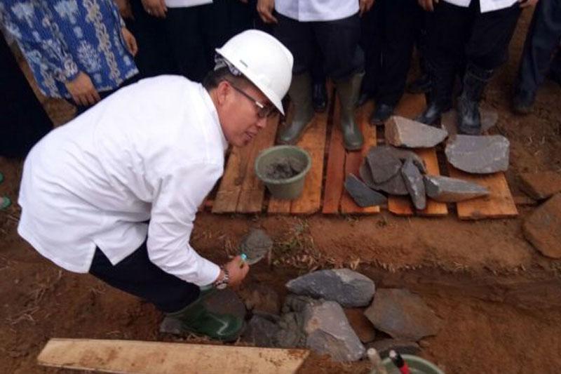 Wakil-Bupati-Lampung-Timur-Letakkan-Batu-Pertama-Pada-Pembangunan-MAN-IC-02