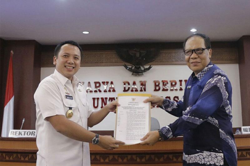 Gubernur-Lampung-Serahkan-Hibah-Barang-Milik-Daerah-Kepada-UNILA