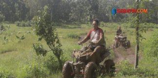 Mau-Ngebut-Naik-ATV-di-Lintasan-Berlumpur,-di-Taman-Wisata-Sumbersari-Ada-Lo
