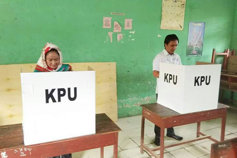 Sukseskan-Pilgub-Lampung-2018,-Wabup-Tuba-Gunakan-Hak-Pilih-di-TPS-12-01