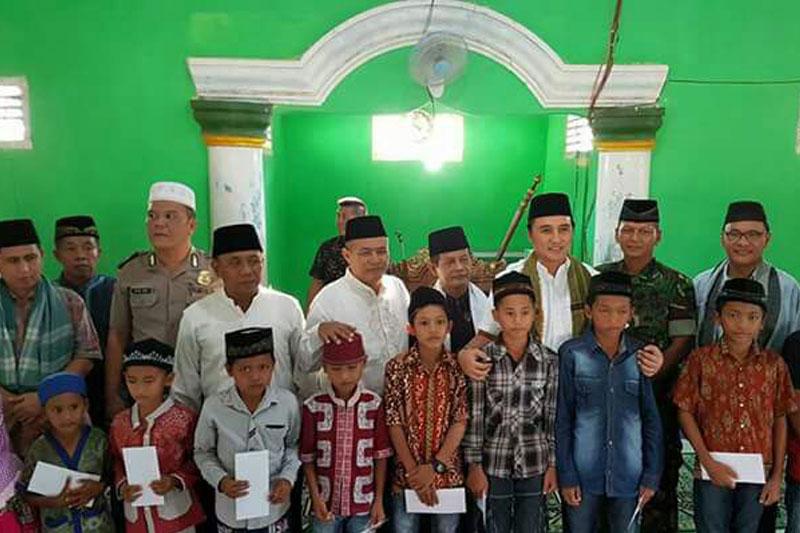 Tim-Safari-Ramadhan-Pemkab-Tuba-Serahkan-Bantuan-Sebesar-Rp-20-Juta-Ke-Masjid-Darussalam-03