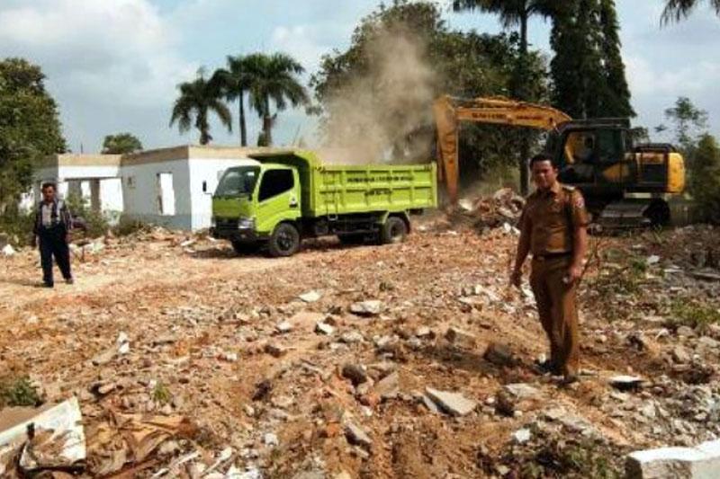 Dukung-Pembangunan-Pasar-Tipe-C,-Warga-Desa-Simpang-Pematang-Bantu-Robohkan-Bangunan-Puskesmas