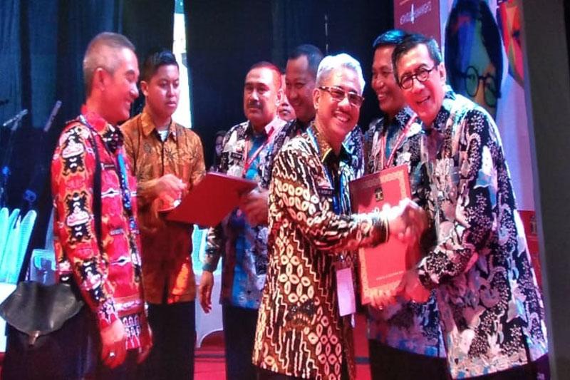 Sekretaris Daerah Pemkot Metro, A. Nasir AT saat menerima penghargaan untuk Pemkot Metro sebagai Kota Peduli Ham 2018, yang di serahkan oleh Menteri Hukum dan Hak Asasi Manusia, Yasonna Laoly, di Kantor Kementrian Hukum dan Hak Asasi Manusia Jalan Rasuna Said Jakarta Selatan, Selasa (11/12/18).