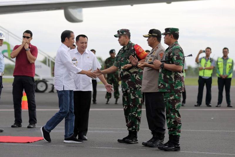 Gubernur-Ridho-dan-Pangdam-Sriwijaya-Sambut-Presiden-Jokowi-di-Bandara-Internasional-Radin-Inten-II