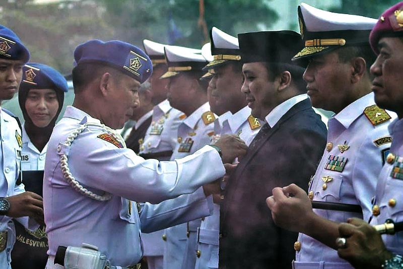Muhammad-Ridho-Ficardo-Dikukuhkan-Sebagai-Keluarga-Kehormatan-Polisi-Militer-Angkatan-Laut-01
