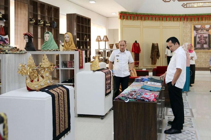 Kerajinan-Lampung-Maju-Pesat,-Gubernur-Ridho-Tinjau-Kantor-dan-Gedung-Galery-Dekranasda-01