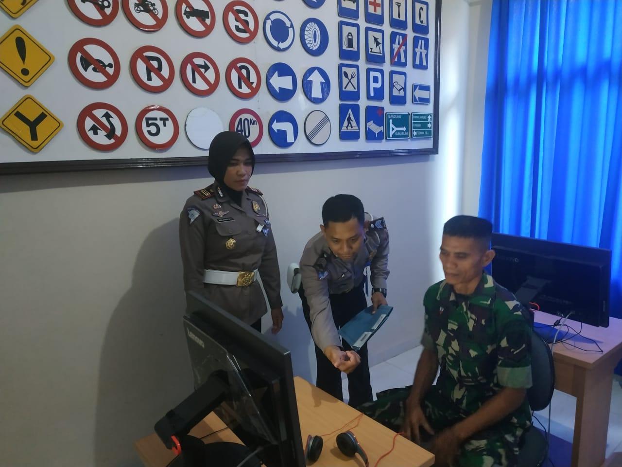 Peringati HUT TNI ke 74, Polres Metro Gelar Pelayanan Smart Sim Untuk Anggota Kodim 0411/LT 02