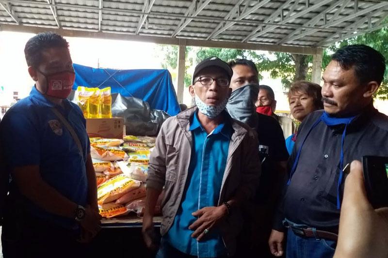 Gandeng Komandan Batalyon Infanteri 7 Marinir dan PT. Mubarokah Jaya Makmur, Jurnalis Metro Bagikan Sembako Ke Warga 02